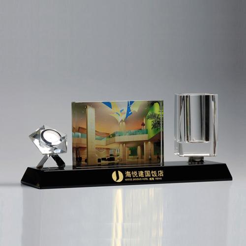 成都市水晶笔筒案台纪念品厂家